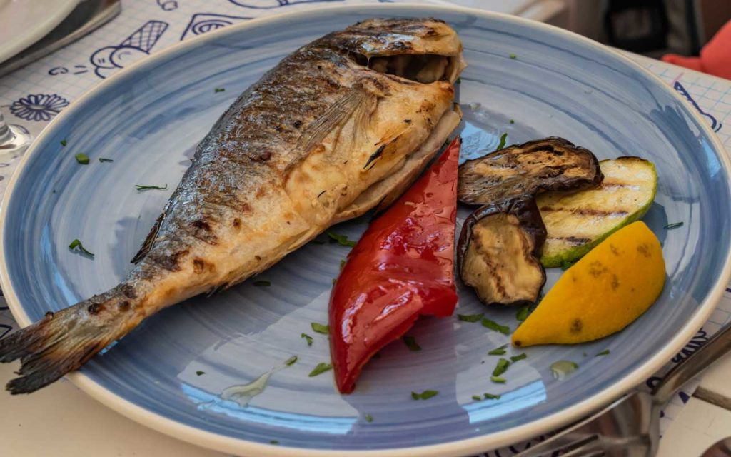 Albanian Food: Peshk dhe perime ne tave – Fish and Vegetables