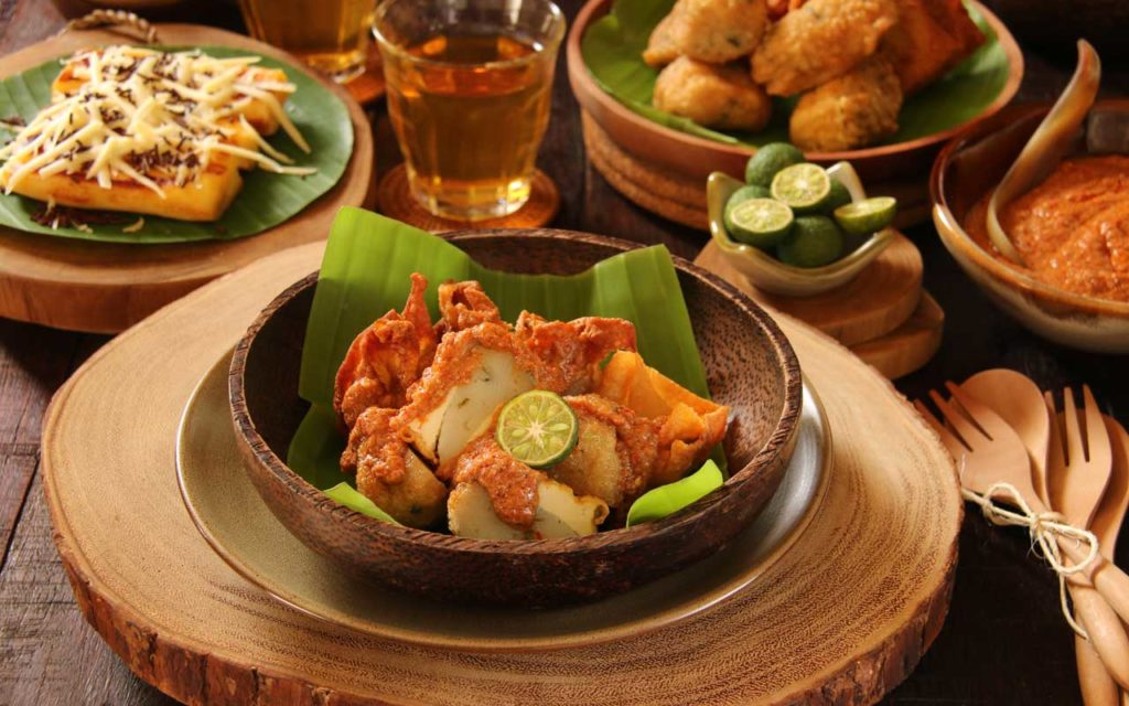Indonesian Appetizer: Batagor (Fried Dumplings)