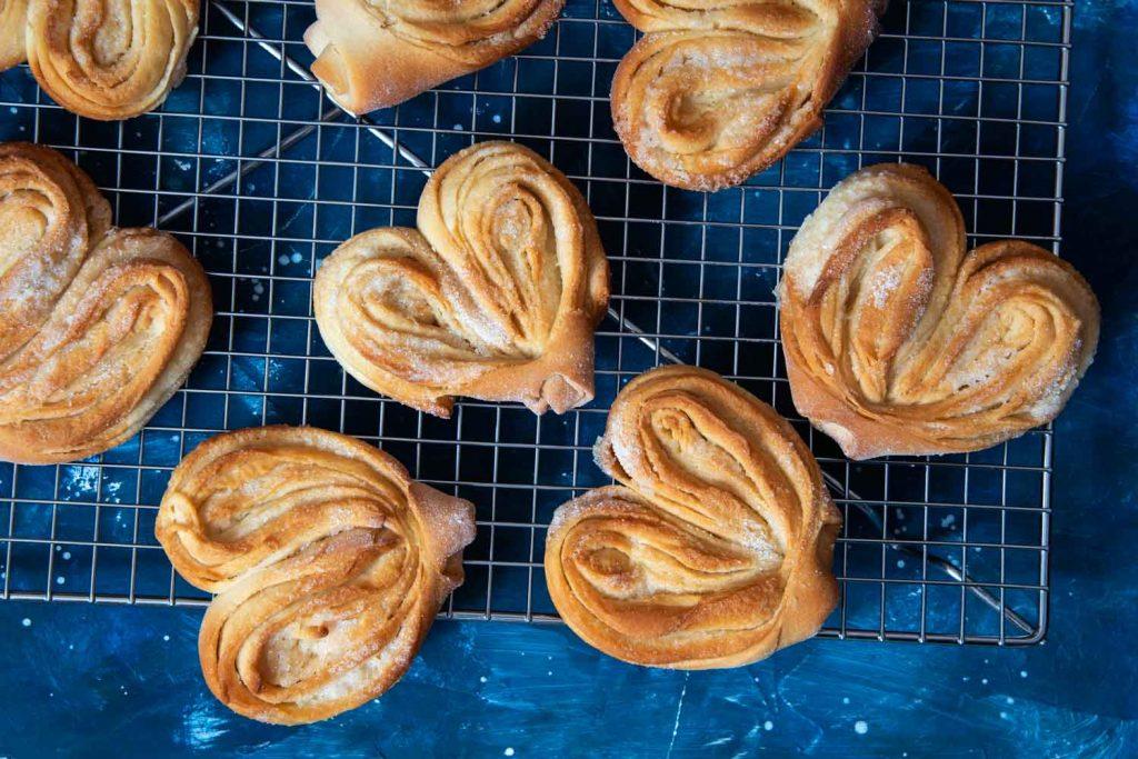 Russian Dessert: Miagkie Plushki s Sakharom (Мягкие Плюшки с Cахаром) – Sweet Mini Pie Buns with Sugar
